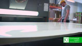 Далее заготовки отправляются в камеру, где под высоким давлением и высокой температуре, пленка надежно наносится на заготовку